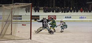 Vilma Josefsson avgör med sitt 2-1 mål för Skutskär. Bild: LarsGöran Svensson.