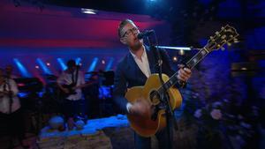 Oscar Magnusson framför en låt med sin far Sven-Erik Magnusson. Bild: TV4.