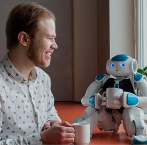 Fredrik Löfgren i samspråk med en robot.