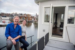 Peter och Helena Bergström sålde allt och flyttade till en husbåt. De vill aldrig bo i en lägenhet igen.Foto: Vilhelm Stokstad / TT
