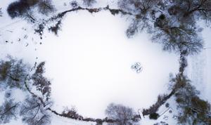 Bünsowska tjärnen är täckt av is och snö.