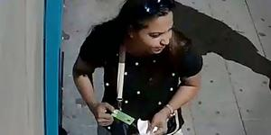 Den misstänkta kvinnan redo att använda 89-åringens bankkort.