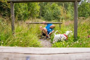 K9 biathlon är utmanande för både hundar och förare. En del hinder är knepigare som tvåbent.