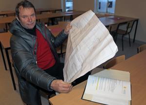 Hans Nauclér i I 21 IF visar ritningar för en ny sekretariatsbyggnad och inomhusbanor för luftgevärsskytte som planeras på Hallstabergets skidskyttestadion.