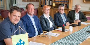 Andreas Trygg (V), Roger Eklund(S), Elizabeth Salomonsson (S), Ola Saaw (M) och Ivan Czitrom (L) är nöjda med sitt gemensamma budgetförslag och arbetet som lett fram till det.