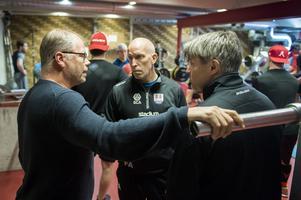 Kent Norberg stämmer av några saker med Fredrik Andersson och Ante Karlsson.