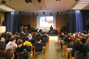 Aulan i Åvestadalsskolan var i det närmaste fullsatt flera gånger om när Mary Juusela föreläste.