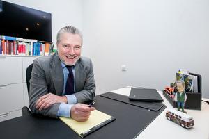 På Richard Larssons skrivbord på advokatfirman De Dasso på storgatan står dels Leif GW Persson och dels en folkabuss.