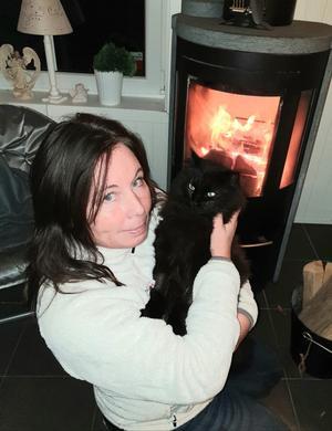 Marie Nymark med katten Pucko.