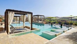 Sheraton Salobre Golf Resort & SpaDetta är en högt belägen och lyxig reträttplats vid Salobres vackra golfbana. Aloe Spa använder naturliga råvaror för att uppnå maximal effekt på kropp och själ. På området finns varm bassäng utomhus, turkiskt bad och tysta zoner för avkoppling.- Prova en kroppsinpackning som gör huden fuktig, mjuk och avslappnad. De använder aloe vera-blad från hotellets trädgård, berättar Yazmina Cabrera Hernández.