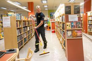 Det kraftiga regnet orsakade översvämning i biblioteket i Nynäshamn på måndagsmorgonen.
