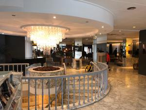 Lobbyn lyses upp av en stor kristallkrona.