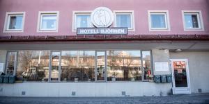 En kock har slutat, den andre är sjukskriven. Personalläget på Hotell & Restaurang Björnen i Husum är besvärligt.