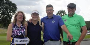 En relativt nöjd golfare efter första dagens spel. Här med föräldrar och caddie. Fr. vänster; Gitte Johansson, Isabelle Johansson, Mikael Johansson, Tobbe Pettersson. Foto: Filip Lindfors