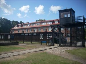 Ingången till koncentrationslägret Stuthof. Den stora administrationsbyggnaden var tidigare ett ålderdomshem. Foto: Eva Hansson.