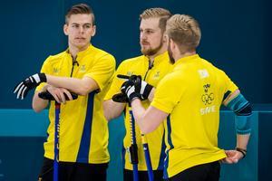 Christoffer Sundgren (till vänster) diskuterar med lagkamreterna Rasmus Wranå och Niklas Edin. Foto: Petter Arvidson / BILDBYRÅN.