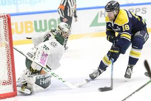 Joakim Anderssonförsöker överlista Färjestads målvakt Marcus Svensson.