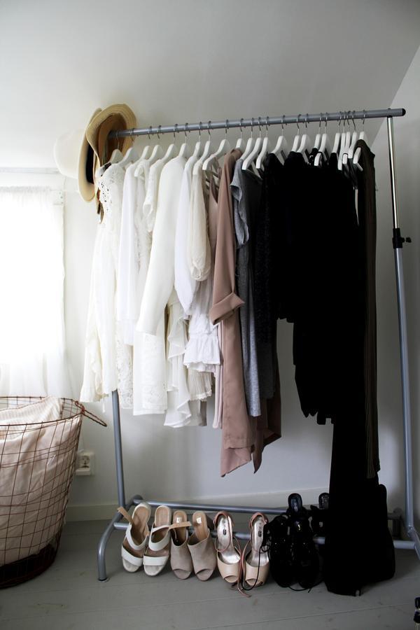 Amandas kläder och skor prydligt sorterade i färg.