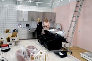 Inne i butiken håller personalen på att bygga upp en salong, så kunderna kan få hjälp med sitt hår och andra behandlingar.