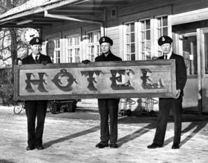 Rune Eriksson, Roland Kjellström och Gösta Eskilsson, som alla jobbade på järnvägsstationen 1973 hittade den här skylten i samband med att järnvägshotellet revs. Det är den första skylten som sattes upp när hotellet byggdes.