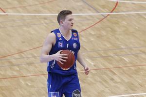 Jämtland Basket i fjol - Wetterbygden i år. Adam Rönnqvist blir en tuff motståndare för sitt gamla lag i tisdagens match.
