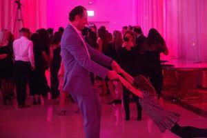 Tony med Doreens dotter Yasmine på dansgolvet