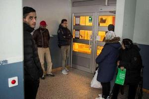 Det var kö utanför Migrationsverket i Söderhamn på måndagsförmiddagen. Receptionen höll stängt på grund av personalinformation.Bild: Fredrik Björkman