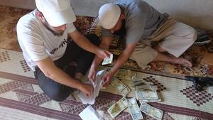 Ahmad Qadan på plats i Syrien och räknar pengar.