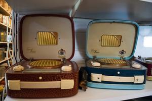 Så kallade damradios var vanliga under 1950- och 60-talen. De var försedda med bland annat speglar och utformade som handväskor.
