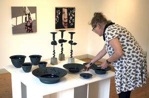 Lena Svensson ger leran färg genom kemiska processer och förklarar att keramik inte minst handlar om kemi.