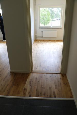En titt in i en av de nya lägenheterna. Här är det parkett och klinker på golven.