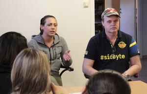 Johanna Karlsson berättar för ungdomarna om hur hon kom ur sitt destruktiva liv med missbruk och kriminalitet. På bilden också Billy Nilsson, ordförande i Kris Gävle.
