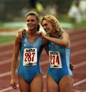 DDR-löparen Katrin Krabbe (till vänster) gav inspiration till namnet på Reidar Carlssons rockband. Här har hon precis tagit EM-guld på 200 meter 1990 och firar tillsammans med silvermedaljören Heike Drechsler. Foto: AP