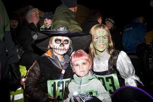 Tilly Ström, 6 år, Tyra Ström, 3 år, och Alice Sundberg, 7 år, sprang loppet tillsammans.
