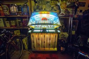 Jukeboxen från 1961 fungerar och brukar fylla rummet med musik från bland annat Elvis.
