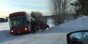 Buss 636 mot Björkö fastnade i diket på väg mot Simpnäs på onsdagseftermiddagen. Foto: Jacob Lund/läsarbild