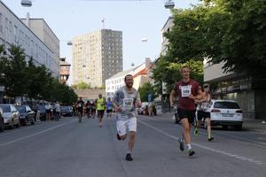 Erik Gustavsson (166) och Anders Westerlund (109) susar fram  på Drottninggatan.