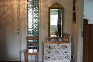 Yvonne och Jan Brinka är mycket nöjda med glasbetongen i väggen mellan hall och badrum. Den skapar ett speciellt ljus.