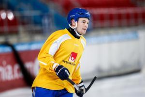 Christoffer Edlund under landslagets första träning i Chabarovsk. Foto: Rikard Bäckman / Bandypuls.se / TT