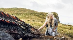 Emilia Clarke som Daenerys Targaryen, drakarnas moder, i
