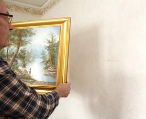 Skrapmärken på väggarna som uppkom vid renoveringen säger Benny Lindström, men för att åtgärda det vill Salabostäder dra in underhållsrabatten makarna sparat ihop på grund av att det inte tapetserats om på ett tag. I ett mindre rum tapetserade de om själva av samma anledning.