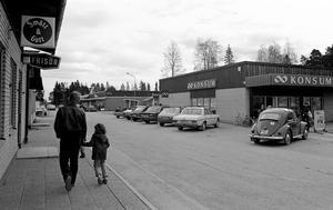 Krokoms postmoderna centrum i början på 1980-talet. Både Konsum och den privata handlaren finns på plats, liksom mexitegelhuset till vänster med frisör och prylbutik.I dag har Konsum ersatts av bibliotek och kulturhuset Magneten.Foto: Ragnvald Jonsson