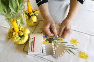 När Agnes medicin inte fanns på apotek eller lager i kommunen, sökte hon på nätet och hittade en ask med likvärdig medicin på ett apotek i Södertälje. Då de inte ville skicka den till butik i Norrtälje, fick hon köra 20 mil för att själv hämta ut. – De sa att reglerna var sådana, säger hon.