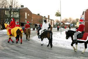 Ridande i Bergby på julafton 2005. Här syns julgranarna som sitter fast i lyktstolpen. Traditionen med granarna började i slutet av 90-talet. Bild: Stefan Tkatjenko