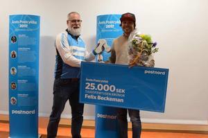 Falubon Felix Beckeman vann VM-guld i 4X 2017. Här tar han emot priset Årets Postcyklist 2017 av PostNords representant, Nizze Gustavsson. Foto: Svenska cykelförbundet