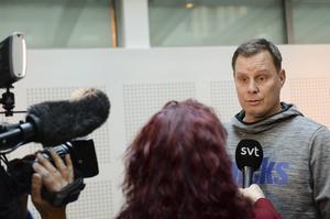HG Rådström intervjuas av SVT inför eftermiddagspasset i Sundsvalls Tingsrätt.