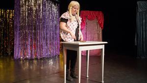 Cicci Myrberg spelar en ung tjej som petar finnar samtidigt som hon får ett telefonsamtal.