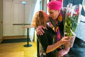 Linda Blomqvist uppvaktade med Annemarie Mähler med blommor.