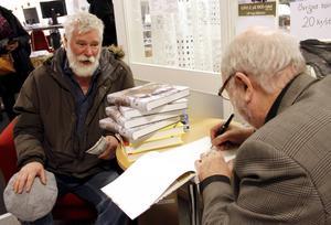 Hans Wahlbom passade på att köpa signerade bokklappar av Ulf Ivar Nilsson.