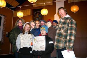 Wilma Tholg och Alexander Wingårdh är två ungdomar som hoppas att många kommer till Logen i Mullhyttan på lördag när det är öppet hus. Resten av medlemmarna i IOGT-NTO är också hoppfulla.